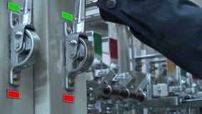 Commutatori elettrici la tensione di rifornimento interruttore video d archivio