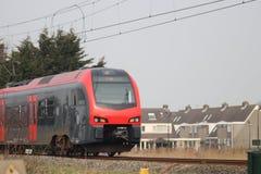 commutertrain preto vermelho entre o antro aan Rijn do Gouda e do Alphen dentro Imagem de Stock