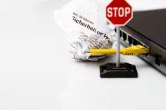 Commuti con il taglio del cavo e la legge di protezione dei dati Fotografia Stock Libera da Diritti