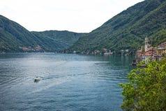 Como湖横向 村庄、树、水和山 意大利 免版税库存照片