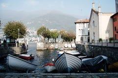 Como, Ιταλία - 2014 Άποψη της λίμνης Como σε μια ομιχλώδη ημέρα με motorboat και του λιμανιού Torno, ένα γοητευτικό χωριό μεταξύ  Στοκ Φωτογραφία
