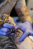 Como, ИТАЛИЯ - 17-ое мая 2013 Конец-вверх на машине татуировки делает чертеж стороны ` s женщины Озеро Como стоковая фотография
