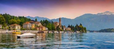 城市梅泽格拉,在Como湖的五颜六色的晚上的看法 图库摄影