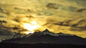 Como as montanhas beijam o céu Imagens de Stock