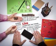 Como concepto social del servicio de noticias de la parte medios La reunión en la tabla blanca de la oficina Foto de archivo