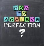 Como conseguir a pergunta da perfeição no quadro-negro com notas adesivas imagens de stock