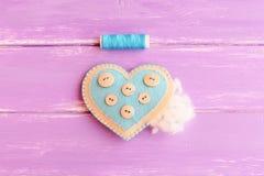 Como costurar uma decoração do coração de feltro etapa Encheu o coração de feltro diy com com hollowfiber Linha azul, agulha no f Foto de Stock