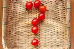 Como crescer em casa tomates de cereja? Que bom é um tomate? Como escolher um tomate? Os tomates de cereja vermelhos pequenos der fotos de stock