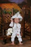 Como el pequeño bebé del príncipe y el perro de juguete suave Foto de archivo libre de regalías
