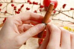 Como fazer castiçais da maçã para o Natal Fotos de Stock Royalty Free