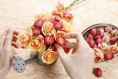 Como fazer o arranjo floral na lata molhando do vintage foto de stock
