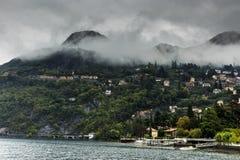 Como, Italia con niebla de la madrugada fotografía de archivo