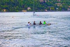 Como Italien - Maj 03, 2017: Grupp människor som kanotar under fritid Royaltyfria Bilder