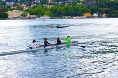 Como Italien - Maj 03, 2017: Grupp människor som kanotar under fritid Royaltyfria Foton