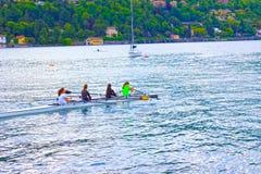 Como Italien - Maj 03, 2017: Grupp människor som kanotar under fritid Arkivfoton