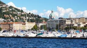COMO ITALIEN - SEPTEMBER 12, 2017: En scenisk italiensk by på banken av den stora bergsjön med skepp förtöjde, Como, Italien Arkivfoton
