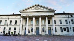 COMO ITALIEN - SEPTEMBER 12, 2017: fasad av den Teatro Sociale teatern i Como, Italien Arkivbild