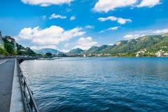 Como jezioro, Como miasto, północny Włochy Widok Como miasto na pięknym lato ranku Lewica brzeg jeziora deptak zdjęcia stock