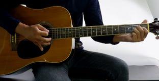 Como jogar uma guitarra Imagens de Stock Royalty Free