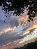 Como los sistemas del sol, el sol de oro brilla en las nubes blancas imágenes de archivo libres de regalías