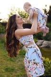 Como a mãe goste da filha família bonita em vestidos similares fotos de stock