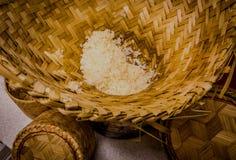 Como nós cozinhamos o arroz pegajoso em Tailândia do nordeste Fotos de Stock