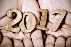 2017, como o ano novo, nas mãos de um homem Imagens de Stock Royalty Free
