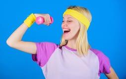 Como obter o físico tonificado Exercícios do peso do novato Exercício final da parte superior do corpo para mulheres Conceito da  fotografia de stock