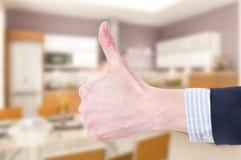 Como ou o polegar-acima gesticula no fundo interno da casa Fotografia de Stock