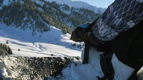 Como prender o emperramento na snowboarding, como montar 4K metragem, vídeo saudável do estilo de vida esporte vídeos de arquivo