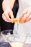 Como separar o yolk e a clara de ovos fotografia de stock royalty free