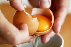 Como separar o yolk e a clara de ovos Imagens de Stock Royalty Free