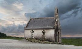Como una cola: pequeña capilla hermosa después de la puesta del sol en un día tempestuoso Imágenes de archivo libres de regalías
