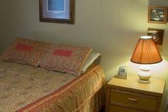 Comodino con la lampada nella località di soggiorno dell'hotel Fotografia Stock Libera da Diritti