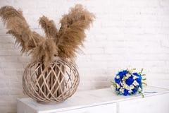 Comodino di legno bianco, apprettatrice in camera da letto mazzo nuziale sul vaso di comodino con i fiori interno Serie di immagine stock