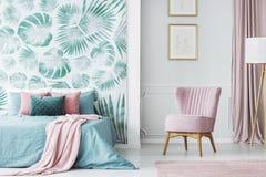 Comodo impallidisca la sedia ricoperta rosa fotografie stock libere da diritti
