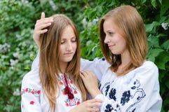 comort两个十几岁的女孩朋友拥抱  免版税库存照片