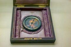 Compás análogo del metal del vintage en una caja en la tabla imagenes de archivo