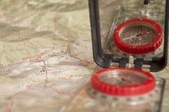 Compás cartográfico con el espejo para orienteering imagen de archivo