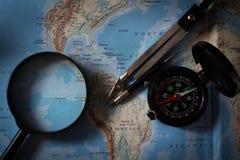 Compás con el mapa y la lupa, equipo de la navegación imágenes de archivo libres de regalías