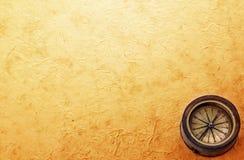 Compás de cobre amarillo antiguo en viejo fondo de papel del vintage Añejo retro Imagen de archivo
