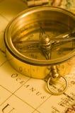 Compás de cobre amarillo del viejo estilo en una correspondencia imagen de archivo libre de regalías