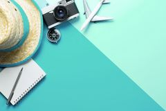 Compás de los accesorios del viaje del verano en el teléfono en espacio verde azul de la copia foto de archivo