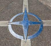 Compás decorativo en la tierra del cemento Foto de archivo