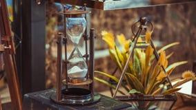 Compás del reloj de arena del vintage en los libros fotos de archivo