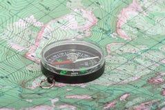 Compás en correspondencia topográfica Fotografía de archivo libre de regalías