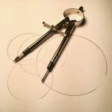 Compás en el fondo de papel con los círculos imagen de archivo