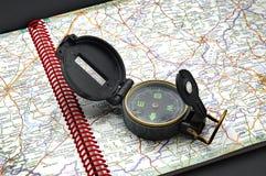 Compás en el mapa foto de archivo