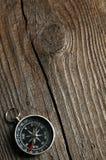 Compás en fondo de madera marrón imágenes de archivo libres de regalías