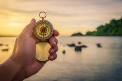 Compás en la mano en la naturaleza Foto de archivo libre de regalías